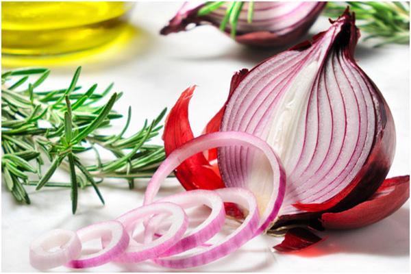 5. Onion juice home remedy to grow eyebrows